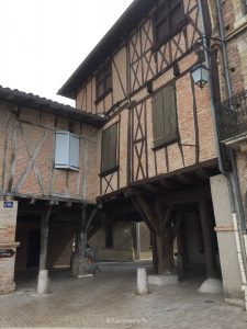 De belles maisons anciennes sur la place centrale